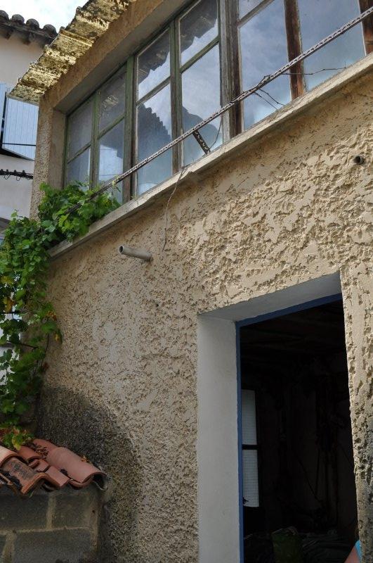Entrée du lavoir avec vue de la terrasse à aménager