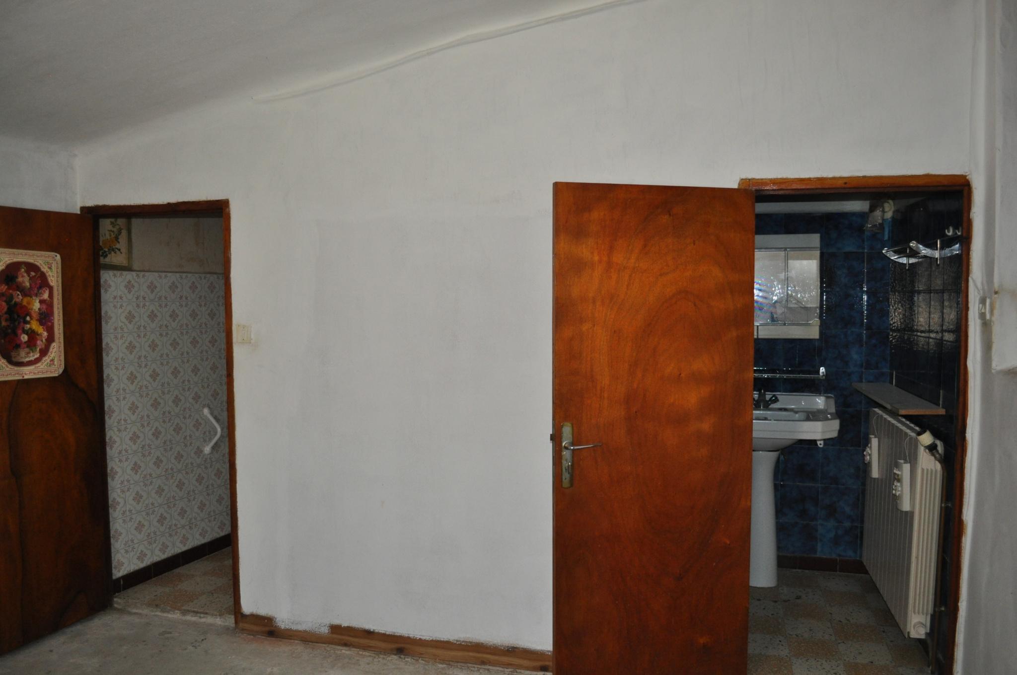 Chambre du 1er étage à rénover   salle de bains à créer